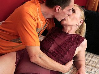Experienced dude giving the MILF something from her fantasies